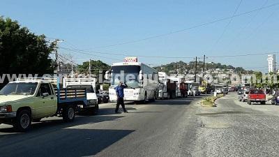 Bloquean transportistas más de 4 horas, la carretera Acapulco-Zihuatanejo