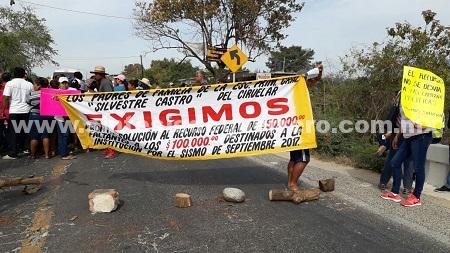 Padres de familia, maestros y alumnos, bloquean carretera Acapulco-Zihuatanejo