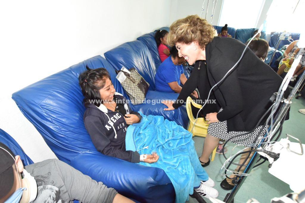 Mercedes Calvo de Astudillo, visitó a los niños que son atendidos en el Instituto Estatal de Cancerología