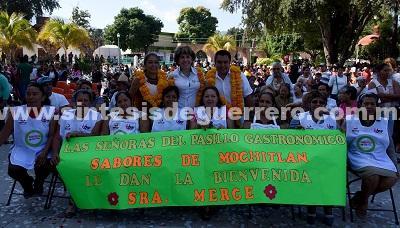 Familias de Mochitlán reciben diversos apoyos de la presidenta del DIF Guerrero, Mercedes Calvo