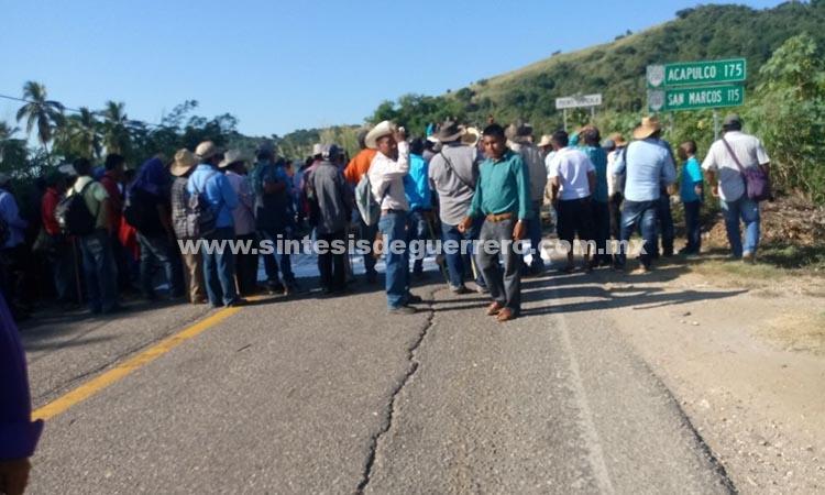 Lleva 9 horas bloqueo en Ometepec por destitución de directora y maestra