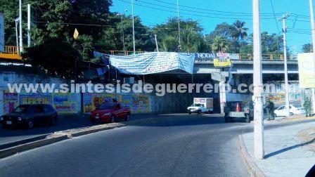 Le dejan narco manta al alcalde de Acapulco