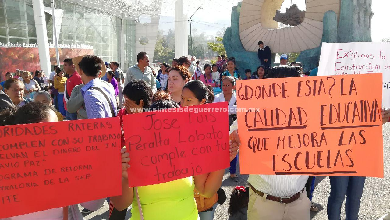 Protestan colonos en Palacio de Gobierno, para exigir transporte y obras para más de 500 familias