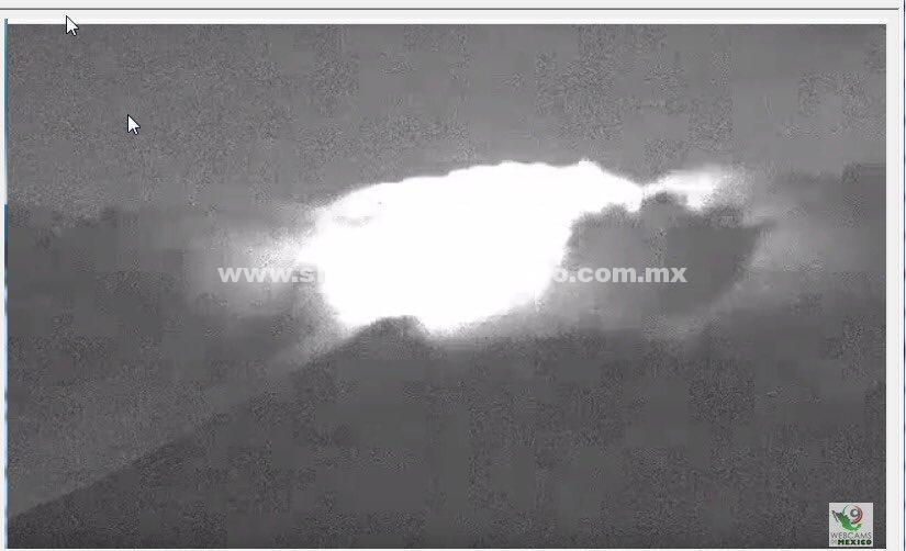 Popocatépetl lanza fumarola de dos kilómetros con material incandescente