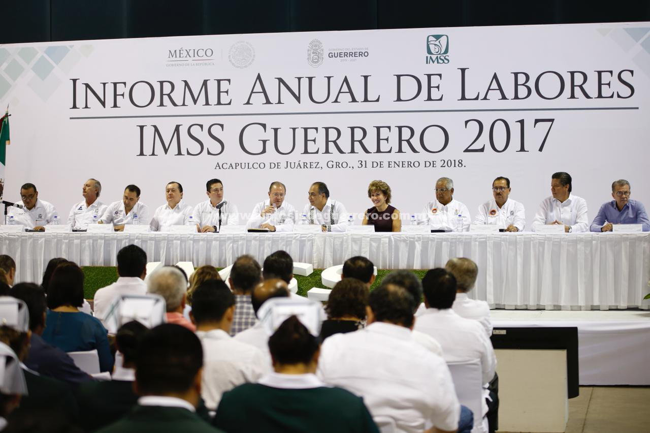 Hector Astudillo y su esposa, Mercedes Calvo acompañaron al delegado Estatal del IMSS a su Informe Anual de Actividades