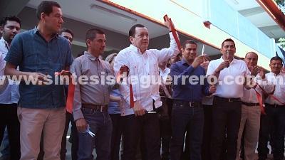 Inaugura el rector Javier Saldaña edificio de dos niveles en la preparatoria de Apaxtla