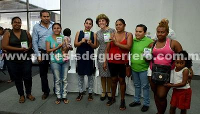 Renuevan tarjetas a madres solteras del municipio de Acapulco