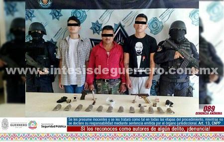 Policías estatales aseguraron en Petatlán a tres masculinos en portación de armas de fuego y con presunta droga