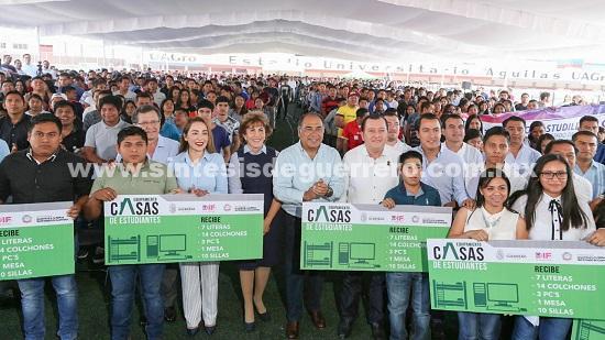 Astudillo Flores entrega apoyos a 110 casas de estudiantes