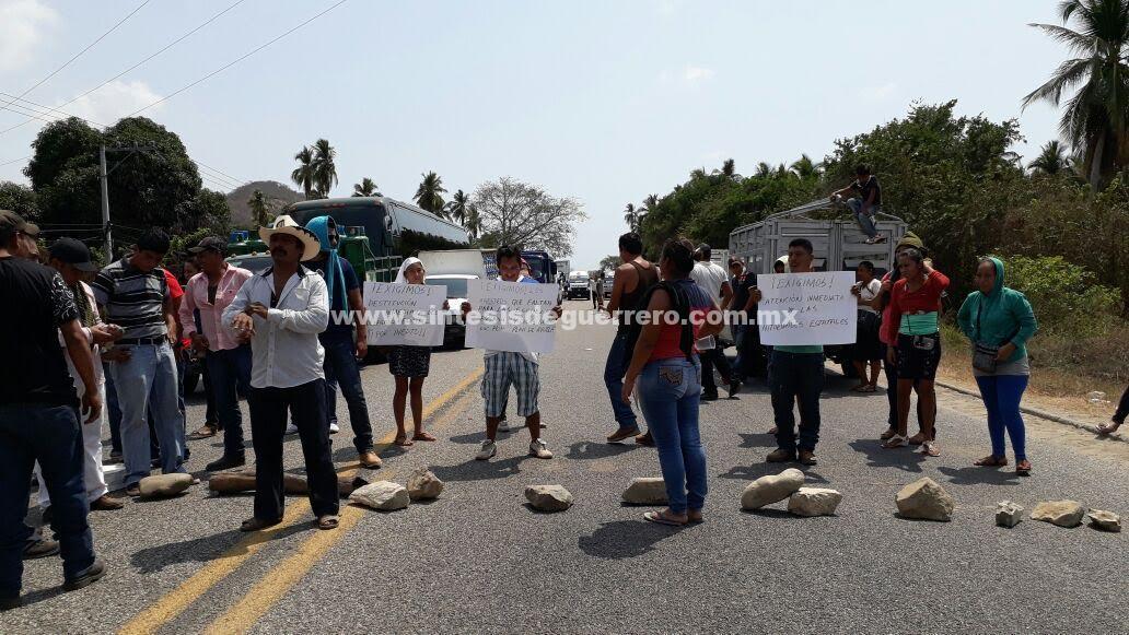 Padres de familia toman delegación de Servicios Regionales en la Costa Grande; continúan exigiendo maestros.