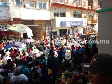 Bloquean accesos a Tlapa y tiendas departamentales, para exigir aulas y maestros