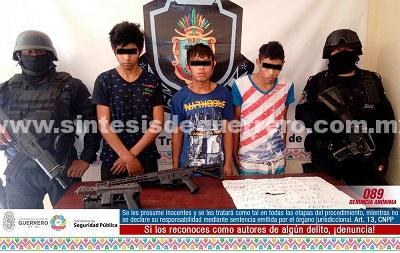 Policía Estatal repele agresión en la colonia Jardín Palmas de Acapulco y asegura a cuatro masculinos, dos armas de fuego de grueso calibre y presunta droga
