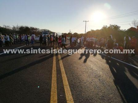 Bloquean la carretera Acapulco-Zihuatanejo para exigir maestros