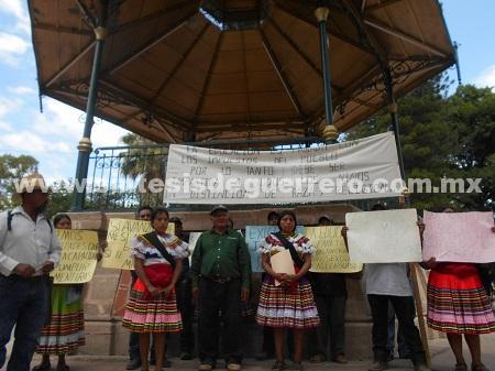 Protestan indígenas de Ahuixtla, Chilapa, porque la SEG no resuelve el cambio de 4 maestros