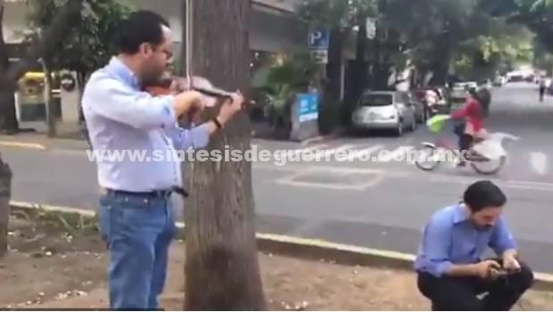 "Violinista ""calma"" a personas que evacuaron edificios por sismo"