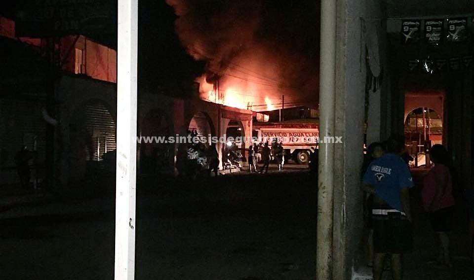 Se queman 18 locales en el mercado municipal de Iguala