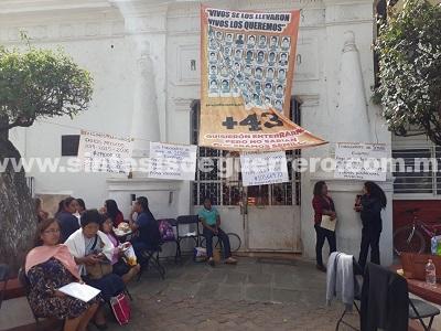 Trabajadores de Semapa cierran el Ayuntamiento de Tixtla por falta de pagos