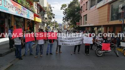 Bloquean trabajadores de Capach el centro de Chilpancingo