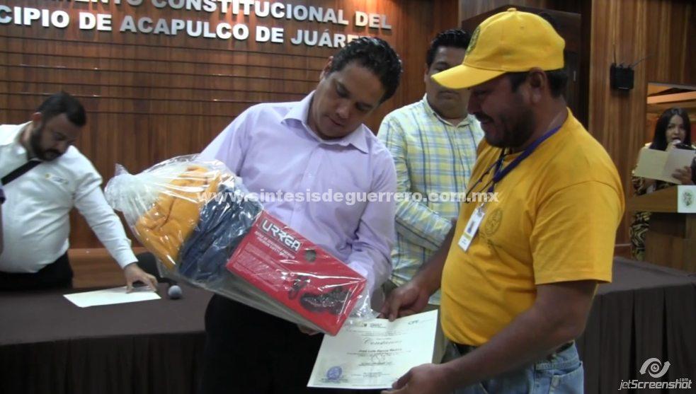 (Video) Entrega Evodio equipos de seguridad y herramientas a trabajadores de Alumbrado Público