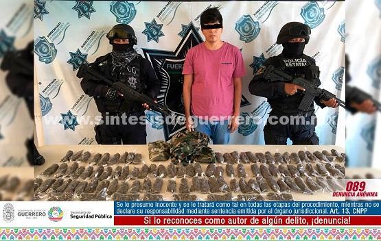 Policías Estatales aseguraron en Zihuatanejo a un masculino en posesión de 101 bolsas con probable marihuana