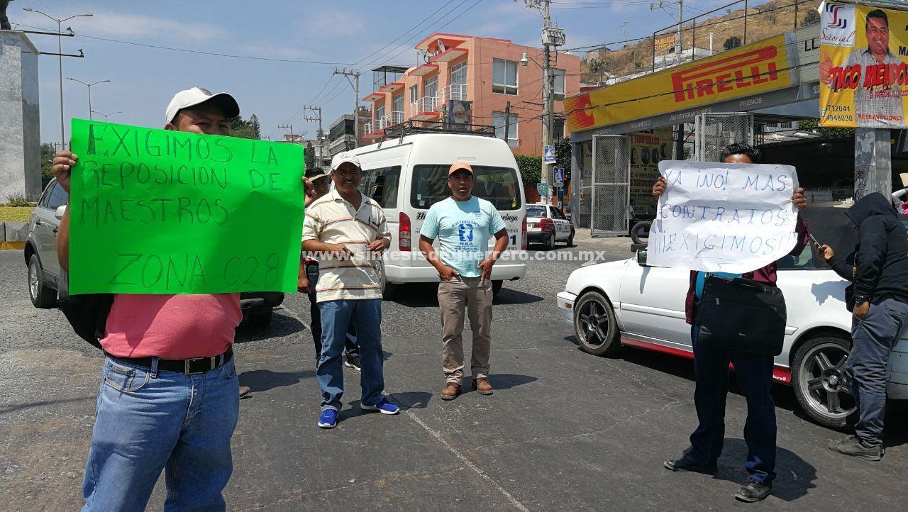 Maestros y padres de familia de Colotlipa bloquean en Chilpancingo