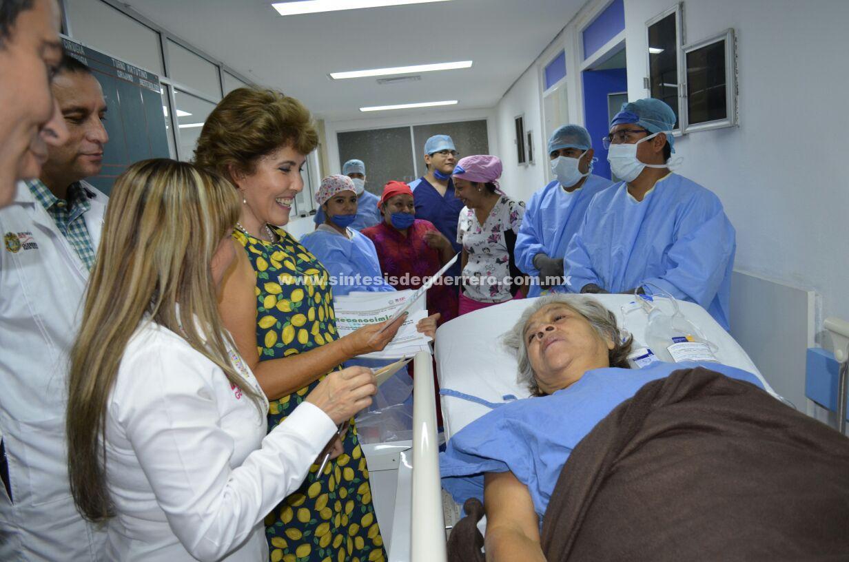 Visita Mercedes Calvo a pacientes beneficiados con cirugías de cadera y rodilla en Iguala