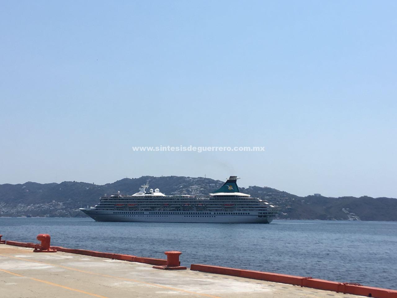 Arriba al puerto de Acapulco el crucero Artania