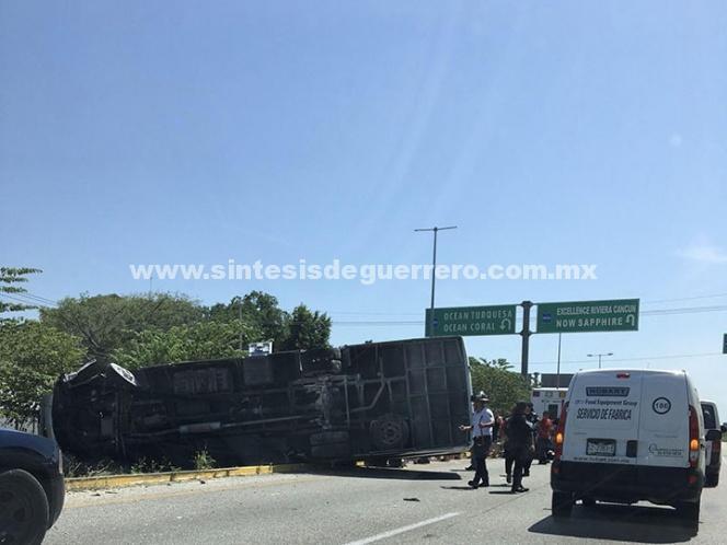 Accidente en carretera de QRoo deja 11 turistas lesionados