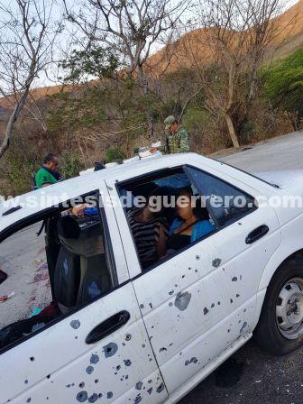 Dos muertos tras emboscada a taxi colectivo, en carretera Teloloapan-Iguala