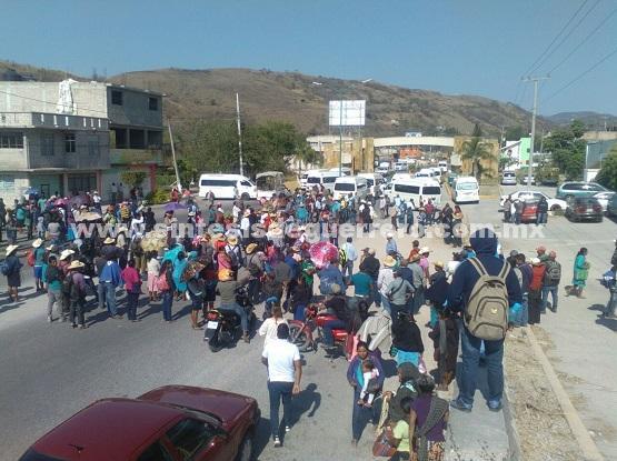 Hartazgo en la Montaña contra la SEG; 500 padres y maestros bloquean entrada a Chilapa
