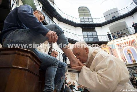 Francisco lava los pies de 12 reos en cárcel italiana