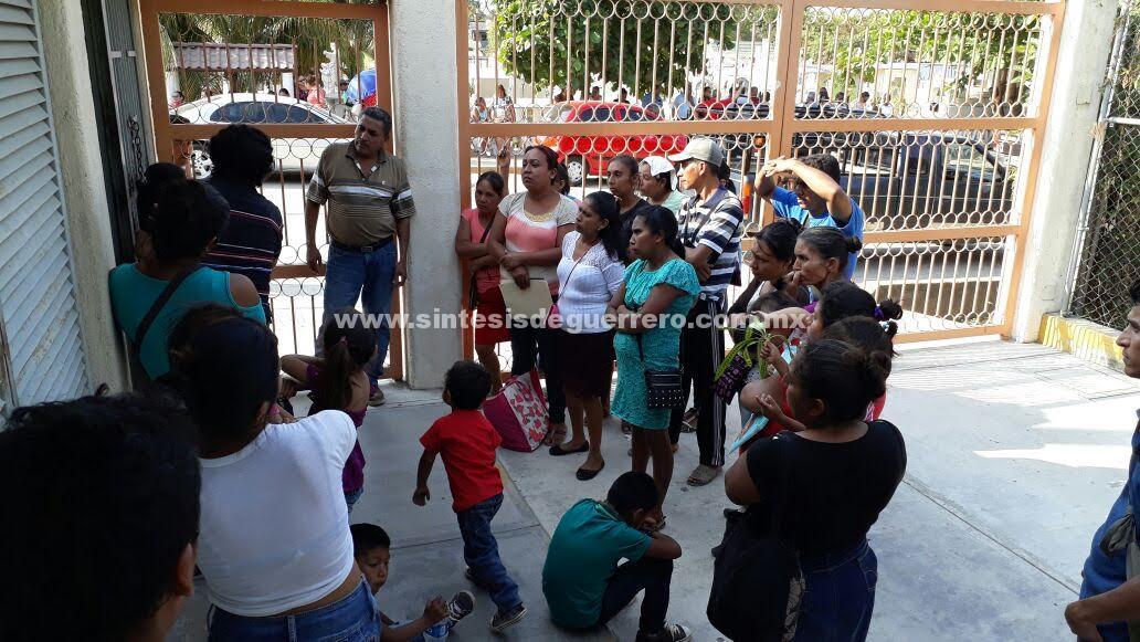 Por falta de maestros; cierran padres de familia de El Cucuyachi, oficinas de educación en la Costa Grande