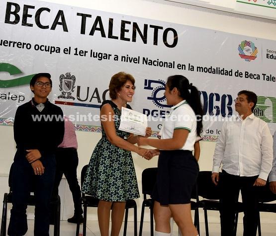 """Entrega Mercedes Calvo """"Becas Talento"""" a 448 jóvenes Guerrerenses"""