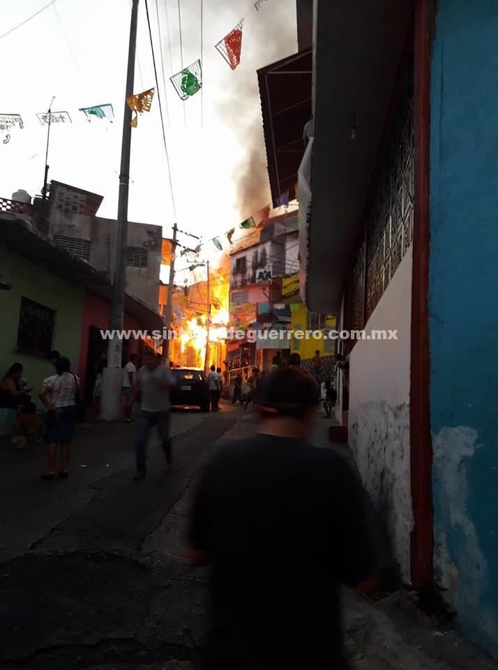 Incendio consume casa de hermana de ex regidor de Acapulco, en el Barrio de La Guinea