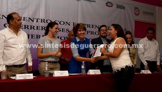 Entrega Mercedes Calvo constancias de capacitación a mujeres emprendedoras