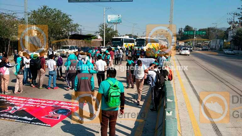 Marchan y bloquean normalistas de Tlapa, la Autopista del Sol en Chilpancingo
