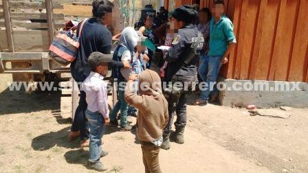 Resguardan a familias que abandonan San Miguel Totolapan por enfrentamientos armados