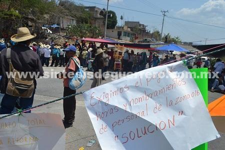 Padres de familia y maestros vuelven a bloquear Chilapa y anuncian protesta en Autopista del Sol