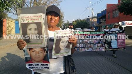 Protestan familiares de desaparecidos del país, en sede militar y de PGR, en Iguala