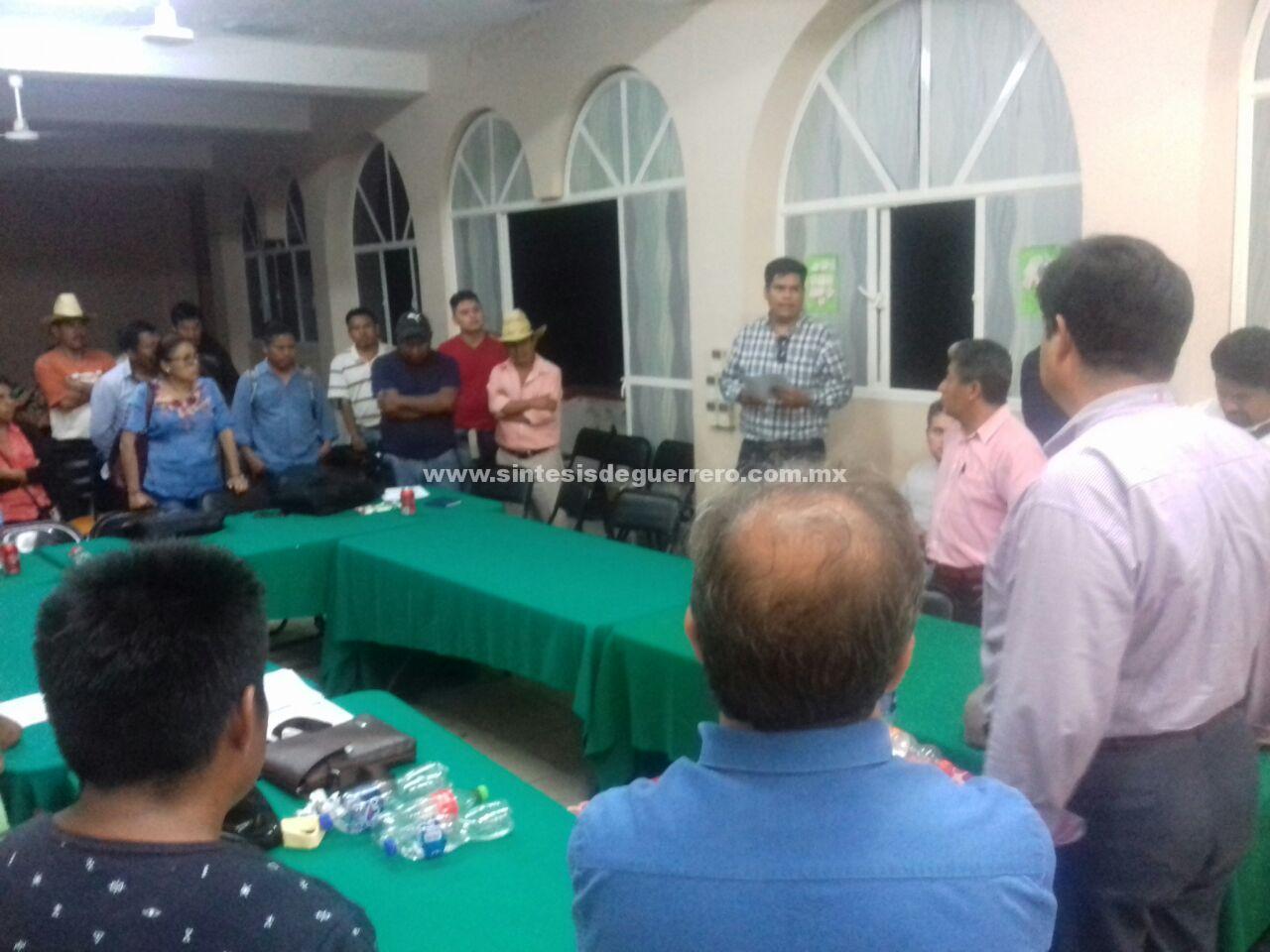 Liberan a funcionarios retenidos por padres de familia y maestros en Tlapa