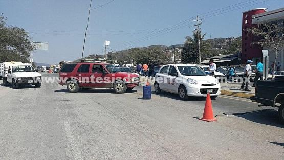 Bloquean carretera en Chilpancingo, contra retén de la Policía Federal