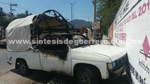 Una camioneta de pasajeros fue incendiada en la avenida Lázaro Cárdenas, Acapulco