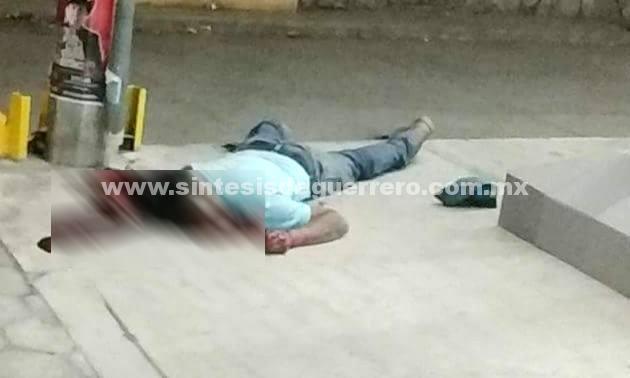 Matan a un joven afuera de un Oxxo en Iguala