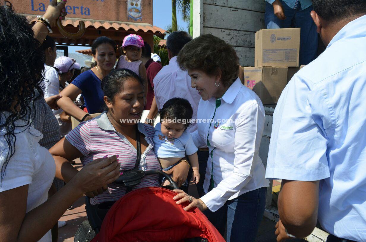 Mercedes Calvo de Astudillo recorrió varias colonias de Zihuatanejo