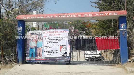 Paran labores maestros de la Facultad de Artes de la UAGro, y alumnos protestan para exigir clases
