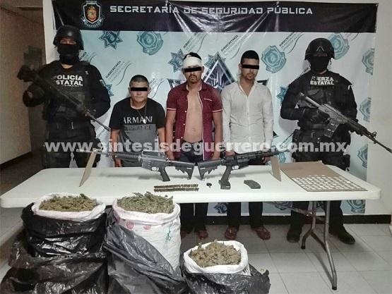 Policías Estatales aseguraron en Petatlán a tres masculinos en portación de armamento de uso exclusivo de las Fuerzas Armadas, un vehículo robado y varios kilos de probable droga