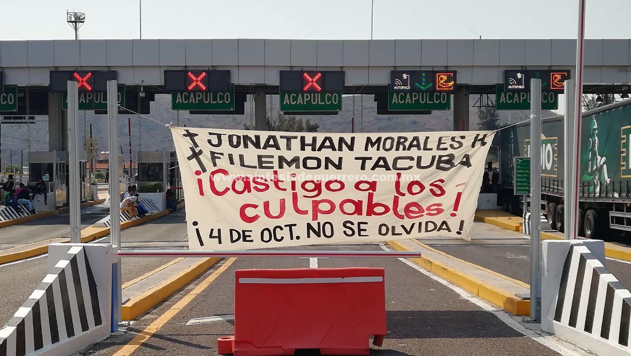 Normalistas de Ayotzinapa toman caseta de la Autopista del Sol, previo a jornada de protestas por los 43