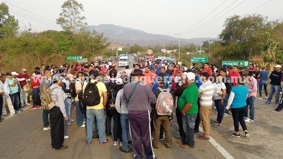 CETEG bloquea 11 horas la carretera Chilpancingo-Chilapa