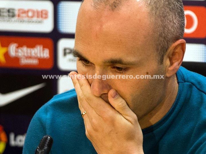 Iniesta dice adiós al Barcelona entre lágrimas y aplausos