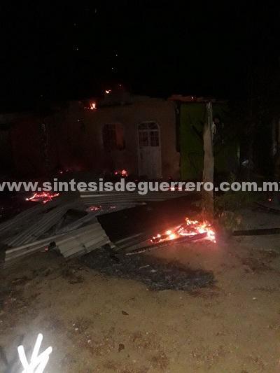 Civiles armados queman vivienda en Coyuca de Benítez